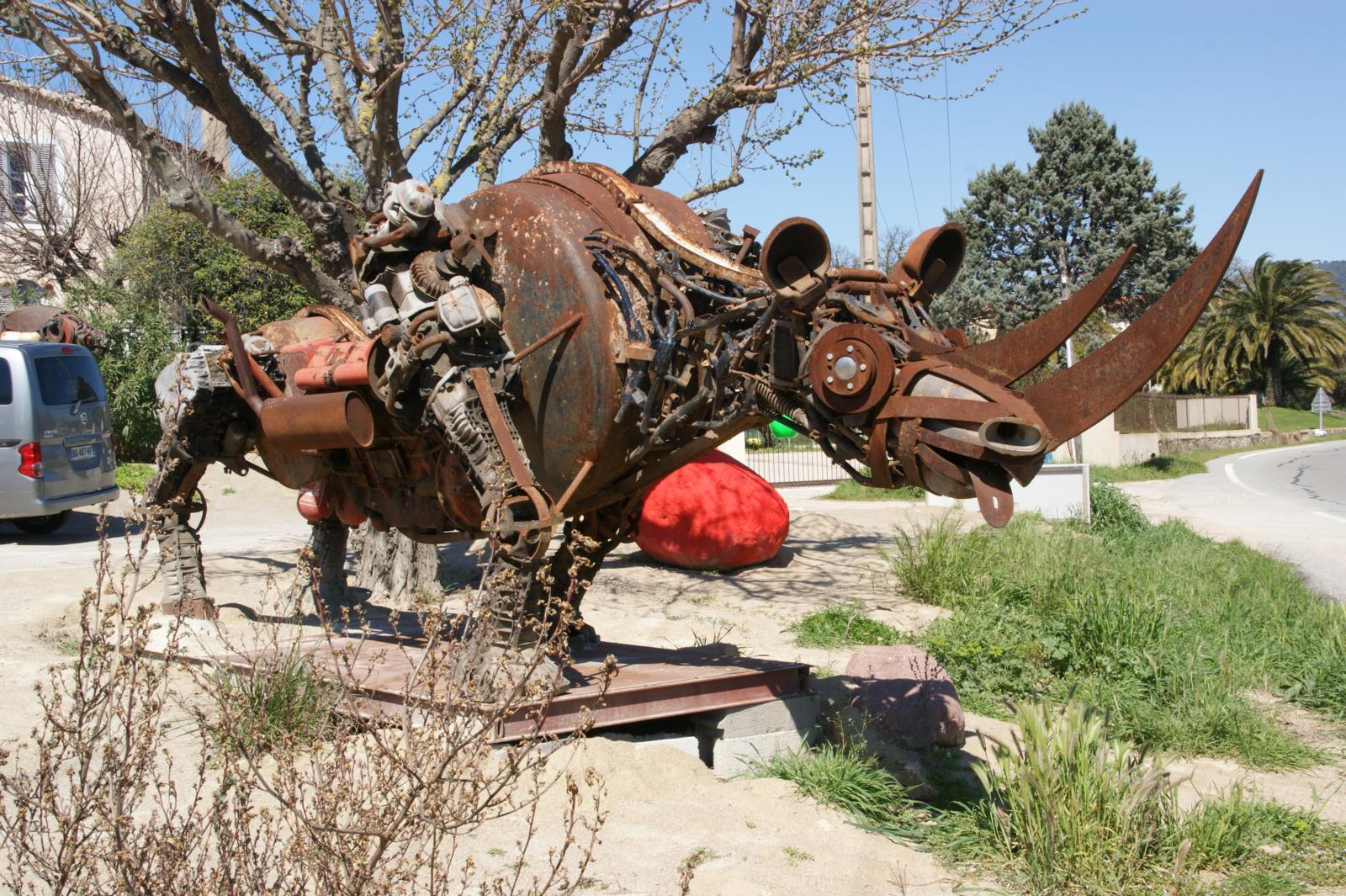 Anschauen - Skulptur aus Metall aus PKW-Altteilen